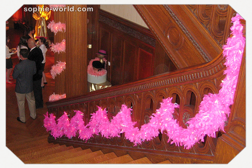 Boas make a fabulous stairway decoration|sophie-world.com