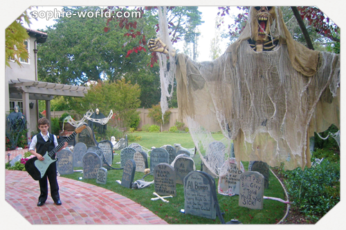 Spooky, fun graveyard|sophie-world.com