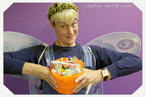Sophie helps to sort your halloween candy|sophie-world.com